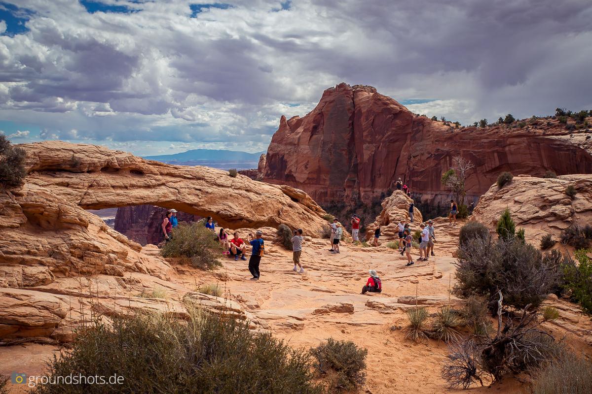 Der Mesa Arch ist leicht uebervoelkert