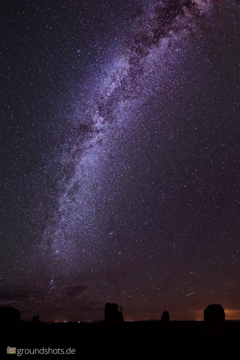 Die Milchstrasse ueber dem Monument Valley