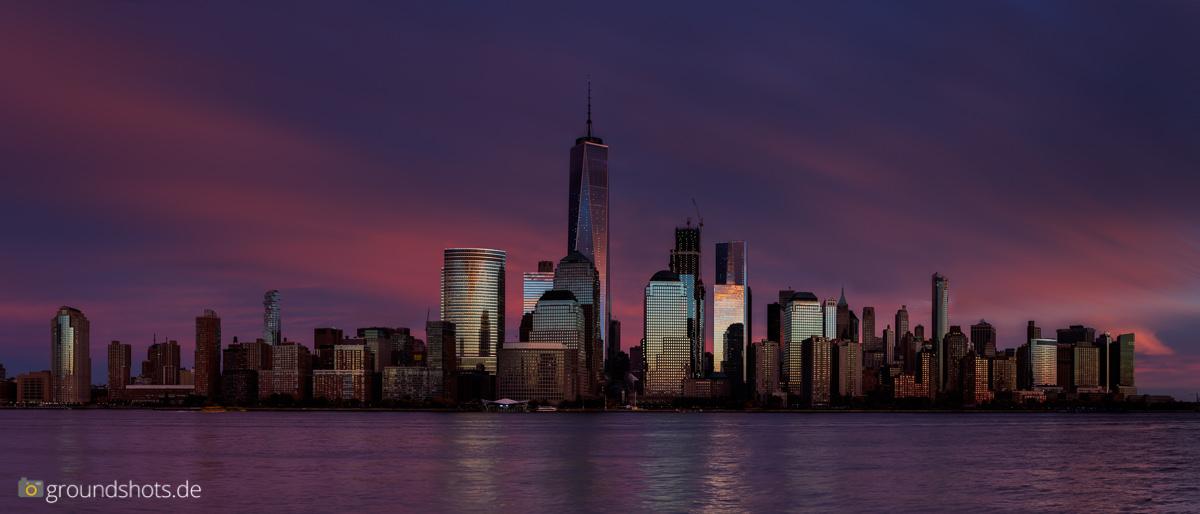 Die Skyline Manhattan beim Sonnenuntergang - das abgedunkelte Basisbild