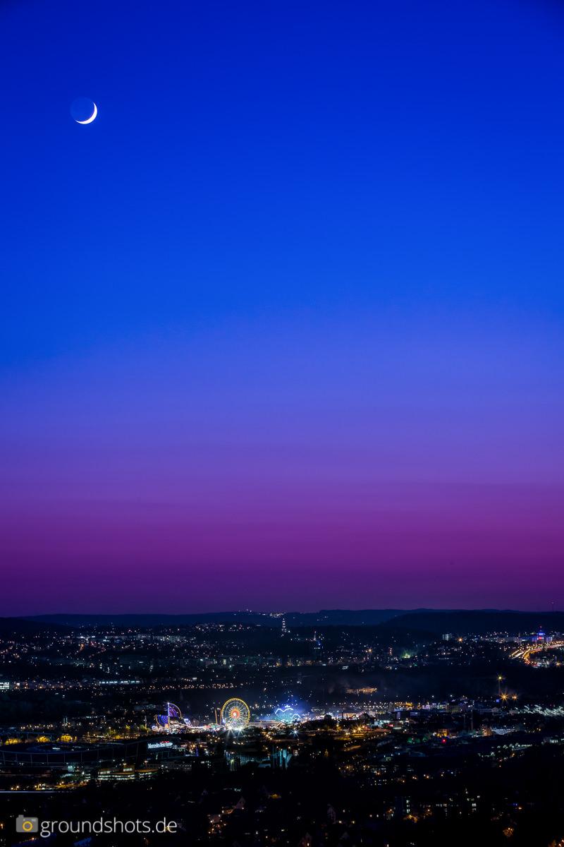 Fruehlingsfest und Mercedes-Benz-Stadion Stuttgart bei Nacht