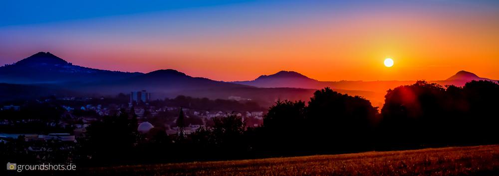 Sonnenaufgang ueber den drei Kaierbergen: Hohenstaufen - Rechberg und Stuifen
