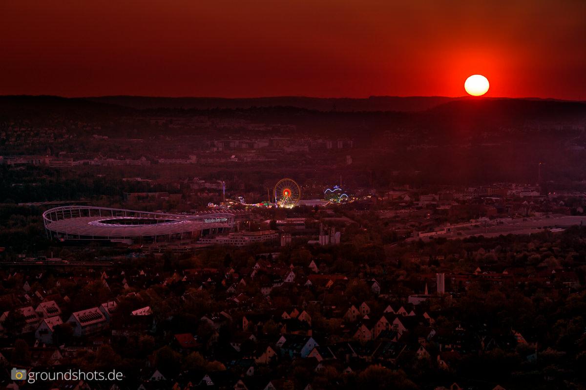 Sonnenuntergang ueber dem Fruehlingsfest und dem Mercedes-Benz-Stadion